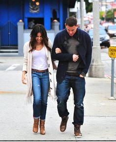 Channing Tatum mit seiner Frau Jenna. Hier zeigt er wie man einen schlichten Grauen Pullover mit einem Navy Blauen Cardigan, Bootcut Jeans und Lederboots zu einem lässigen Outfit kombiniert