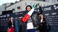 In linea diretta con Marco Mengoni  Il giornalista Paolo Giordano intervista al telefono il vincitore dell'ultimo San Remo.  http://www.wittytv.it/player-n/388860/In+linea+con+Marco+Mengoni/Il+giornalista+Paolo+Giordano+intervista+al+telefono+il+vincitore+dell%27ultimo+San+Remo