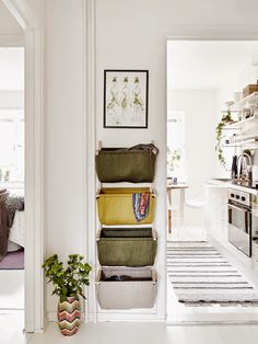 50 Scandinavian ideas to transform your home into chic living - Clever design solution such as wall hanging storage baskets are key to successful Scandinavian design. This helps with organization and helps prevent a small space from getting cluttered. Wall Hanging Storage, Hallway Storage, Hanging Baskets, Small Apartments, Small Spaces, Small Hallways, Small Entryways, Farmhouse Wall Decor, Vintage Farmhouse