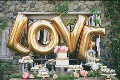 Se tem algo que sempre nos remete à alegria da infância são os balões! Além de divertidos, agora eles possuem diversos formatos e cores. E, apesar de serem descontraídos, podem ser bastante elegantes para a decoração do casamento! A decoração com balões dá um ar doce e romântico.  Veja algumas maneiras de como usá-los …