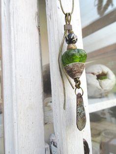 Mémoire Suspendue ....: Un collier : lien en cuir vert mordoré supporte un pendentif composé d'une perle en émail ,céramique, : Collier par les-reves-de-minsy