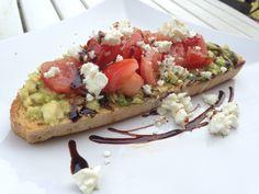 Mosad avokado, färska tomater, feta och balsamico på surdegsbröd