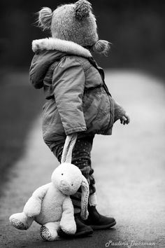 you can carry me now, really you can ! White Picture, Baby Family, Wonders Of The World, Balloons, The Past, Bunny, Teddy Bear, Culture, Black And White