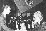 Ángel González recibiendo el Premio Príncipe de Asturias de las Letras (1985).