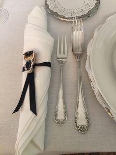 Servilletero graduado: listón negro pinza para ropa miniatura y graduado de manera miniatura, que se pega con silicón a la pinza.