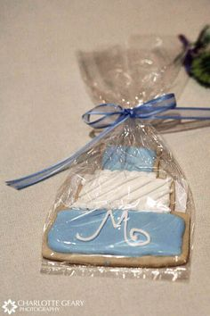 Sugar Cookie wedding favors! Candy buffets & table settings with favor boxes are a good way to go to.  This website has some great favor ideas