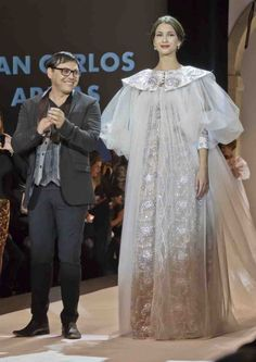 El diseñador Juan Carlos Armas saluda al término del desfile ante un auditorio puesto en pie.
