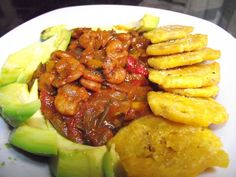 Camarones en salsa de coco, Tostones de platanos verdes y aguacate.