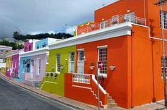 Sur une colline de Signal Hill, surplombant la ville, Bo-Kaap est un quartier islamique de la ville du Cap en Afrique du Sud. Il est réputé pour ses petites maisons aux couleurs vives, faisant souvent office de décor à des films et des spots télévisés.