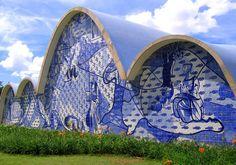 Igreja São Francisco de Assis, localizada no bairro da Pampulha, em Belo Horizonte, Minas Gerais, Brasil. Obra do arquiteto brasileiro Oscar Niemeyer, de 1943, tem o painel de azulejos realizado por Cândido Portinari, artista brasileiro.