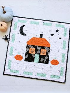 This Scaredy Cat Manor Halloween Mini Quilt is so fun to make and the perfect way to show off the Scaredy Cat fabric collection! Halloween Sewing Projects, Halloween Quilts, Halloween Fabric, Halloween Crafts, Haunted Halloween, Halloween Goodies, Halloween Table, Small Quilts, Mini Quilts