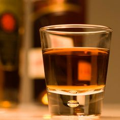 Glass of Dark Rum - Spiced Rum Recipe Rum Recipes, Shot Recipes, Alcohol Recipes, Homemade Alcohol, Homemade Liquor, Fun Drinks, Alcoholic Drinks, Cocktails, Summer Drinks