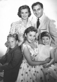 """Make Room for Daddy"" (The Danny Thomas Show) Danny Cathy, Rusty, Linda & Terry. My dad had the same nose. we loved that show 60s Tv Shows, Old Shows, Great Tv Shows, Photo Vintage, Vintage Tv, Vintage Stuff, Danny Thomas, Vintage Television, My Childhood Memories"