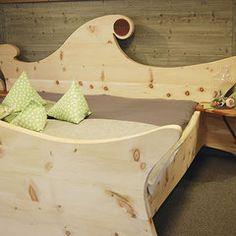 handgefertigte massivholz m bel zirbenholz bett schlafzimmer einrichtung wohnzimmer wohnen. Black Bedroom Furniture Sets. Home Design Ideas