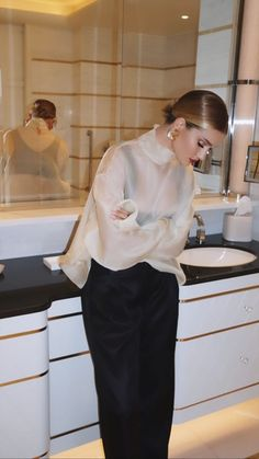 classy tops for women blouses / classy tops ; classy tops for women ; classy tops for women blouses ; classy tops for women chic ; classy tops for women fashion design ; classy tops for women jeans Street Style Outfits, Looks Street Style, Look Fashion, Winter Fashion, Fashion Outfits, Fashion Ideas, Daily Fashion, Fashion Rings, Fashion Beauty