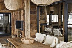 terrasse chalet megève avec des meubles en bois brut et des belles fourrures