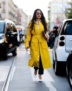 Those white pumps with this yellow long raincoat, smart looking combo for a gloomy rainy day italian style The Best Street Style From Milan Fashion Week Casual Street Style, Milan Fashion Week Street Style, Milan Fashion Weeks, Autumn Street Style, Cool Street Fashion, Street Chic, Style Fashion, Fashion Outfits, Raincoats For Women