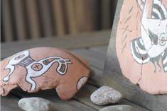 Con algo de pasta de modelar y pocas cosas más vamos a intertar replicar unos falsos restos arqueológicos de artesanía Celtíbera. Nosotros nos hemos inspirado en algunas piezas de cerámica encontradas en la desaparecida población de Numancia, pero puede servir cualquier otro que vuestra creativid