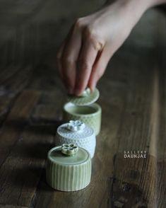9,822 volgers, 421 volgend, 2,806 berichten - Bekijk Instagram-foto's en -video's van 🌿갤러리 다운재🌿 (@gallery_daunjae) Ceramic Boxes, Ceramic Tableware, Ceramic Teapots, Ceramic Pottery, Ceramic Art, Spice Containers, Spice Jars, Clay Projects, Clay Crafts