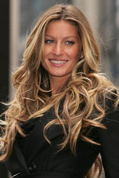 Check out these 13 images of Gisele Bundchen Hairstyles (No Secrets Here! Just Balayage! Find more images in balayage highlights,long hairstyles. Gisele Bundchen, Permed Hairstyles, Summer Hairstyles, Cool Hairstyles, Balayage Blond, Blonde Highlights, Hair Day, New Hair, Wavy Hair