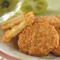 Panko Fried Green Tomatoes Fried Green Tomatoes Recipe - Panko bread crumbs have a coarser texture than ordinary bread crumbs, which you can also use to coat the tomatoes. However, the panko crumbs will give them a uniquely light and crispy texture Green Tomato Recipes, Vegetable Recipes, Vegetarian Recipes, Cooking Recipes, Fried Green Tomatoes Recipe Panko, Fried Tomatoes, Stuffed Tomatoes, Canning Tomatoes, Tapas