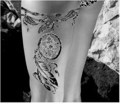 Tatouage jarretière attrape rêve (dreamcatcher) : à la cuisse gauche, une jarretière avec accroché un attrape rêve. Remplissage léger en noir. (montage fait par moi car je n'ai pas trouvé de modèle..)