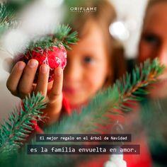 El mejor regalo en el árbol de Navidad es la familia envuelta en amor. #Quote