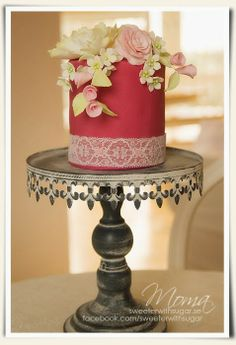 MOMA - www.SWEETERWITHSUGAR.se En liten bröllopstårta. A small wedding cake in pink with vintage flowers.