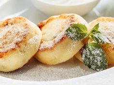 Quarkkäulchen gibt es auch als kalorienarme Variante Lassi Recipes, Smoothie Recipes, Low Carb Desserts, Healthy Desserts, No Bake Granola Bars, Nutritious Smoothies, Nutrition, Fruits And Veggies, Vegetarian Recipes