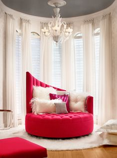 Talk about dramatic—love the hot pink contrast against the stark white.