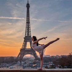 C'est la Journée Internationale de la Danse aujourd'hui ! C'est l'occasion idéale pour laisser vos talents de danseur s'exprimer ! 😊💃🕺 Photo : @peppyhere (Instagram) Dance Photography Poses, Dance Poses, Gymnastics Photography, Ballet Pictures, Dance Pictures, Cool Pictures, Gymnastics Poses, Gymnastics Pictures, Ballet Art