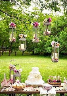 Desserttisch einer Braut Party im Garten mit hübschen Blumendekorationen und Torte