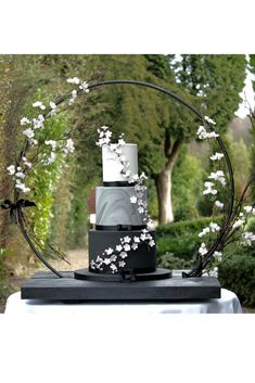 Cherry blossom wedding cake in black and marble. Luxury wedding cakes by Debbie Gillespie Cake Design, supplying Yorkshire, Cheshire and Manchester. Stand by Bramblesky Stunning wedding cake display inspiration Blush Wedding Cakes, Big Wedding Cakes, Wedding Cake Fresh Flowers, Luxury Wedding Cake, Floral Wedding Cakes, Luxury Wedding Venues, Wedding Cake Designs, Classic Bridal Jewellery, Wedding Cake Display