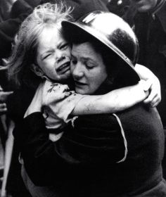 An ARP warden comforts a crying girl during the Blitz, Women In History, British History, World History, World War Ii, Ww2 Photos, Photos Du, Iconic Photos, Boris Vian, Crying Girl
