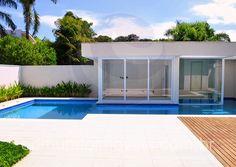 Entre as opções de lazer a céu aberto estão a piscina, revestida em pastilha de vidro turquesa, e a sauna, que conta com área de descanso e está localizada no anexo ao fundo do terreno.