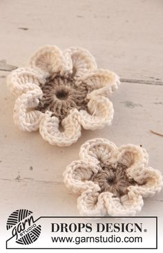 "Crochet DROPS flowers in ""Lin"" and ""Muskat""."