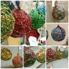 julekuler av ballonger, tråd og glitter