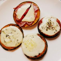 PASO A PASO Una idea divertida que, además, nos ahorra unas calorías. Pequeñas pizzas sobre rodajas de calabaza. ¡Falsa Pizza sin harina!
