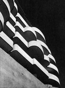 La palazzina sorge alle pendici del Monte Mario, in una zona un tempo lontana dal traffico e, come Moretti stesso la definisce, ''non ancora scempia di verde''. Il sito pone il problema di un edificio visibile essenzialmente dal basso verso l'alto. La committenza inoltre richiedeva un edif