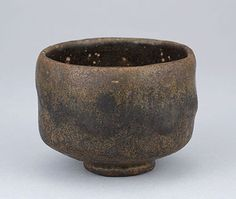 長次郎 黒楽茶碗 銘 古狐 重要美術品 香雪美術館 Wabi Sabi, Serveware, Tableware, Matcha, Chawan, Tea Bowls, Tea Ceremony, Pottery Art, Ceramic Art