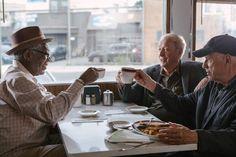 Als die wohlverdiente Rente ausbleibt, schmieden die drei Rentner Willie, Joe und Al einen riskanten Plan, um sich das Geld von der zuständigen Bank zu holen. Lacht mit beim Abgang Mit Stil Trailer: Rentner als Bankräuber ➠ https://www.film.tv/go/36048  #Comedy #MorganFreeman #MichaelCaine