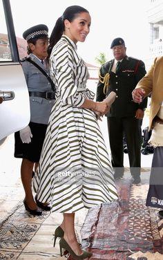 Fashion-Looks: Der Style von Meghan Markle - Outfit Ideen Beauty And Fashion, Fashion Looks, Royal Fashion, Estilo Meghan Markle, Meghan Markle Stil, Meghan Markle Prince Harry, Prince Harry And Megan, Estilo Real, Elegant Midi Dresses