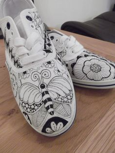 Doodle shoes, I really must get a pair of white Tennis shoes. Painted Canvas Shoes, Custom Painted Shoes, Painted Sneakers, Hand Painted Shoes, Custom Shoes, Doodle Shoes, Sharpie Art, Sharpie Projects, Sharpie Crafts