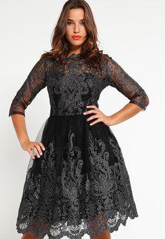 Balowe sukienki na studniówkę dla puszystych czarna z koronką