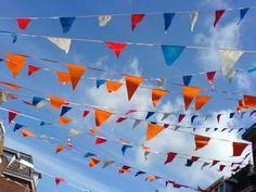 Rood, wit, blauw en oranje vlaggetjes tegen blauwe lucht   April 2007  Credit: Frits de Beer  Copyright: Frits de Beer/Hollandse Hoogte