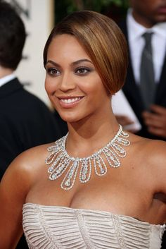 Beyonce wore an ivory Elie Saab gown with sequined detailing. Diamond necklace and earrings by Lorraine Schwartz. Estilo Beyonce, Beyonce Style, Lorraine Schwartz, Beyonce Knowles Carter, Beyonce And Jay Z, Divas, Blue Ivy, Sparkling Diamonds, Hair
