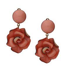 Die Ohrclips Roma in zartem Rosa sind angenehm zu tragen und setzten feminine Akzente zu alltäglichen und abendlichen Outfits.
