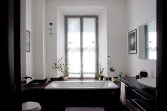 Foto d' insieme del bagno Vasca da incasso, mobile d' appoggio lavandino in wengè realizzato a disegno.