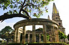 Rotonda de los #JalisciencesIlustres. De fondo la #Catedral. Las mágicas construcciones que puedes encontrar en el #CentroHistorico de #Guadalajara, #Mexico. http://www.bestday.com.mx/Guadalajara/ReservaHoteles/