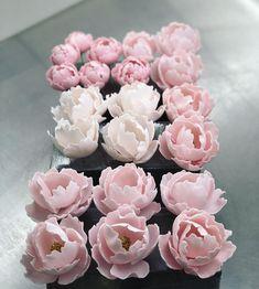 Készülődés a hétvégére 🌸🌸🌸❤️#hungary #győr #pastrychef #jozseflengyel #tortaeskaramellbylengyeljozsef #wedding #weddingscakes… Rose, Flowers, Desserts, Plants, Instagram, Tailgate Desserts, Pink, Deserts, Postres